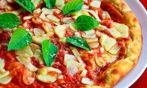 バジルをのせたピザ